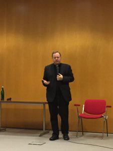 Bischof Georg im Gespräch mit den Küsterinnen und Küster